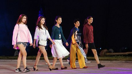 Nghe si hang dau lang dien anh lam 'nguoi mau' Festival ao dai Ha Noi - Anh 8