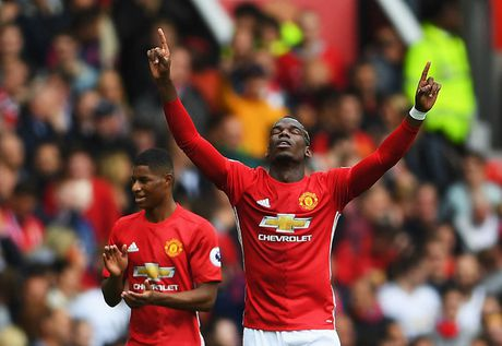 Pogba va Ibrahimovic giup MU thong tri doanh so ao dau Premier League - Anh 11