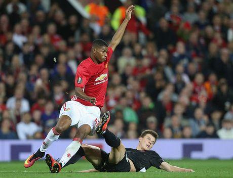 Pogba va Ibrahimovic giup MU thong tri doanh so ao dau Premier League - Anh 2