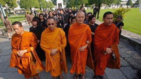 Nguoi dan Thai Lan cho ruoc linh cuu Vua Bhumibol ve Hoang cung - Anh 1