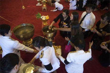 Nguoi dan Thai Lan cho ruoc linh cuu Vua Bhumibol ve Hoang cung - Anh 3