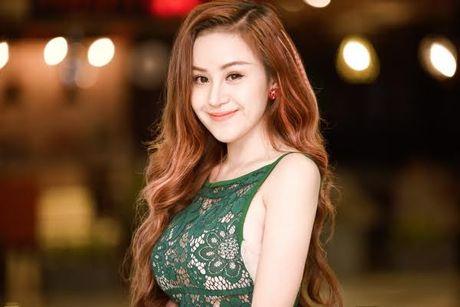 Huyen Anh ba Tung bat ngo dien mot 'kin cong cao tuong' di su kien - Anh 4