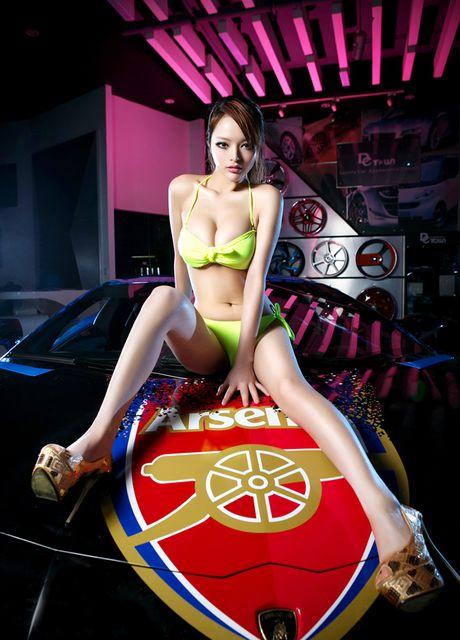 Fan nu Arsenal khoe vong 1 'sieu khung' ben xe - Anh 7