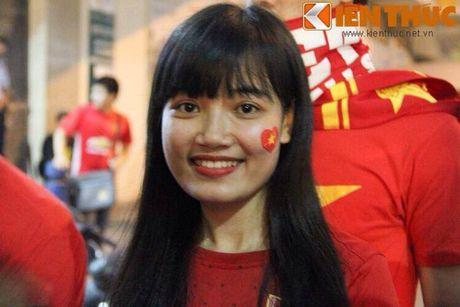 Co gai xu Nghe khien 'chang lun' U19 Viet Nam sieu long - Anh 1