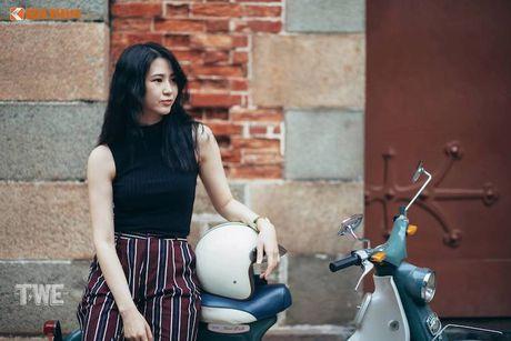 Kieu nu Viet 'tha dang' ben Honda Super Cub C100 - Anh 8