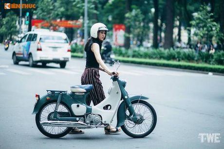 Kieu nu Viet 'tha dang' ben Honda Super Cub C100 - Anh 9