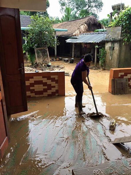 Dong bao Bac mien Trung dang chong choi voi lut nang - Anh 9