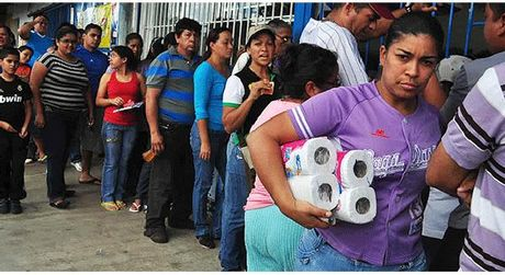 Lam phat o Venezuela co the phi ma len muc 1.500% trong nam 2017 - Anh 1
