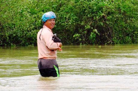 Thua Thien-Hue: Giao thong chia cat, nguoi dan di lai bang thuyen - Anh 2