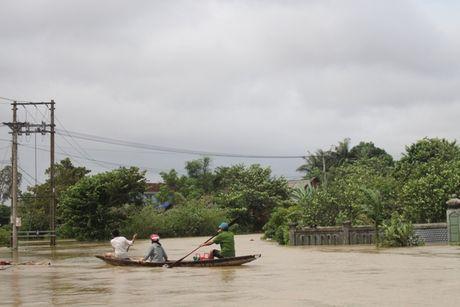Thua Thien-Hue: Giao thong chia cat, nguoi dan di lai bang thuyen - Anh 6