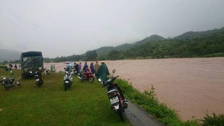 Nuoc lu khung khiep, nguoi dan lieu minh do ra song Dakrong de 'san' go - Anh 1