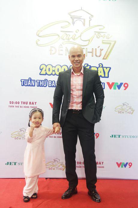 Con gai cua Phan Dinh Tung dang yeu khi cung cha di dien - Anh 11