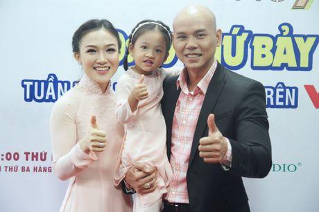 Con gai cua Phan Dinh Tung dang yeu khi cung cha di dien - Anh 3