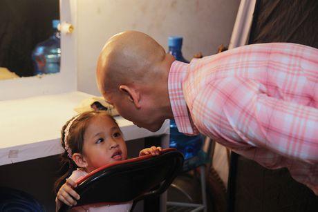 Con gai cua Phan Dinh Tung dang yeu khi cung cha di dien - Anh 7