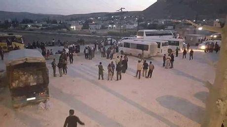 Chien su Syria: Hon 100 phien quan dau hang, giao nop hai quan ngoai o Damascus - Anh 1
