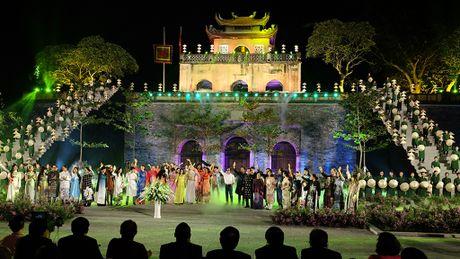 Chiem nguong hang tram bo ao dai tai Hoang thanh Thang Long - Anh 2