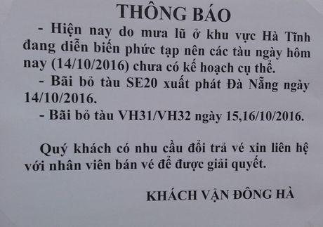 Mien phi com, cho o cho khach tau bi 'ket' do mua lu - Anh 3