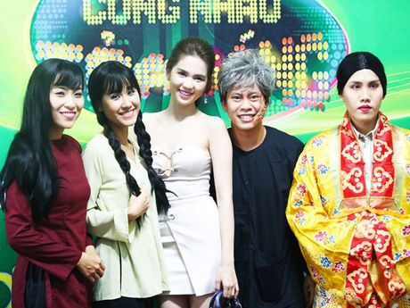 Ngoc Trinh lap lo vong 1 khi di xem gameshow - Anh 3