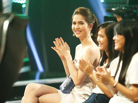 Ngoc Trinh lap lo vong 1 khi di xem gameshow - Anh 5