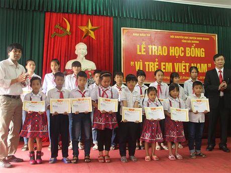 Bao Dau tu trao 50 suat hoc bong 'Vi tre em Viet Nam' tai Hai Duong - Anh 1