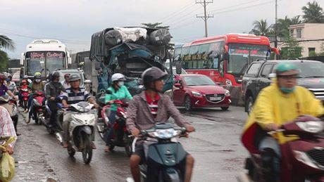 Tien Giang: Tai nan lien hoan tren Quoc lo 1 lam un tac giao thong - Anh 1