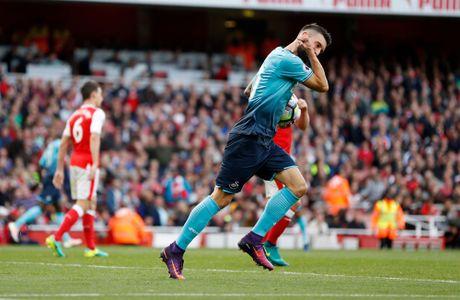 Walcott lap cu dup, Xhaka suyt quang di 3 diem cua Arsenal - Anh 10