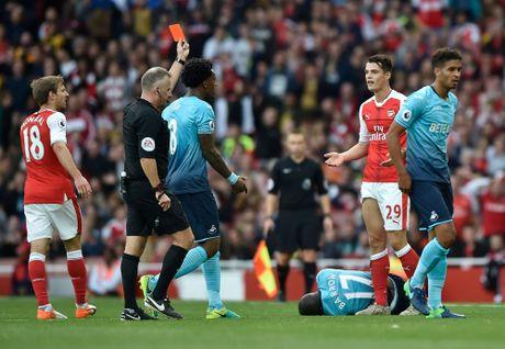Walcott lap cu dup, Xhaka suyt quang di 3 diem cua Arsenal - Anh 11