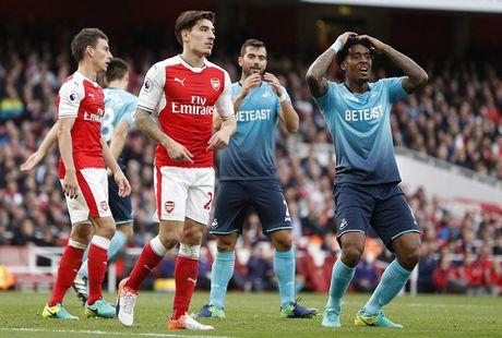 Walcott lap cu dup, Xhaka suyt quang di 3 diem cua Arsenal - Anh 12