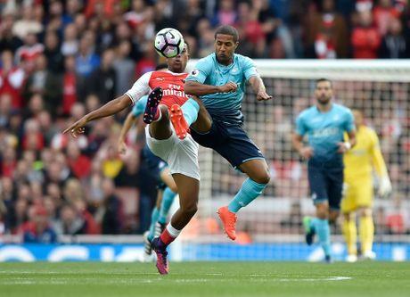 Walcott lap cu dup, Xhaka suyt quang di 3 diem cua Arsenal - Anh 1