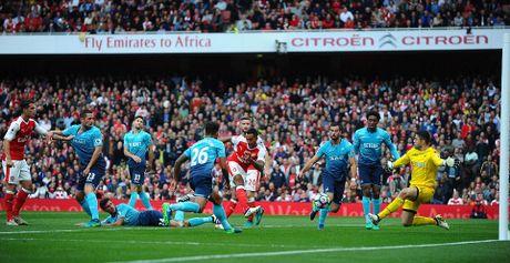 Walcott lap cu dup, Xhaka suyt quang di 3 diem cua Arsenal - Anh 4