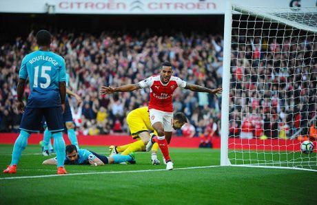 Walcott lap cu dup, Xhaka suyt quang di 3 diem cua Arsenal - Anh 5
