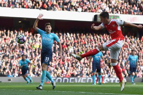 Walcott lap cu dup, Xhaka suyt quang di 3 diem cua Arsenal - Anh 8