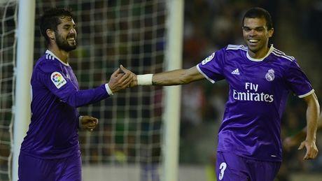 Dap tan chi trich, Real Madrid 'danh tennis' tren san cua Betis - Anh 3