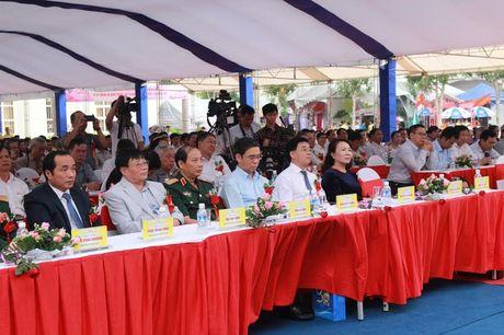 Thu truong Nguyen Thi Nghia trao bang khen cho truong THPT chuyen DH Vinh - Anh 1
