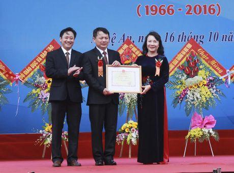 Thu truong Nguyen Thi Nghia trao bang khen cho truong THPT chuyen DH Vinh - Anh 3