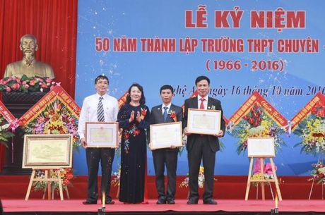 Thu truong Nguyen Thi Nghia trao bang khen cho truong THPT chuyen DH Vinh - Anh 4
