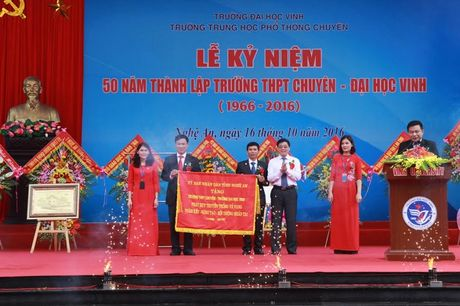 Thu truong Nguyen Thi Nghia trao bang khen cho truong THPT chuyen DH Vinh - Anh 5