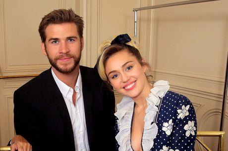 Miley Cyrus tuoi het co ben nguoi tinh dien trai - Anh 1