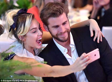 Miley Cyrus tuoi het co ben nguoi tinh dien trai - Anh 3