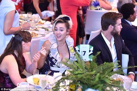 Miley Cyrus tuoi het co ben nguoi tinh dien trai - Anh 4