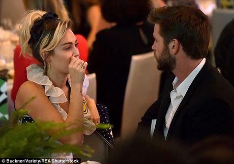 Miley Cyrus tuoi het co ben nguoi tinh dien trai - Anh 5