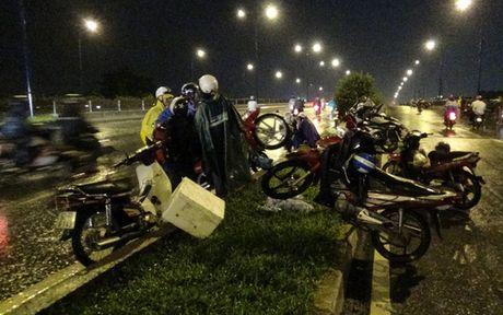 """Mua don, trieu cuong dap, hang ngan xe TP HCM """"khoc rong"""" - Anh 14"""