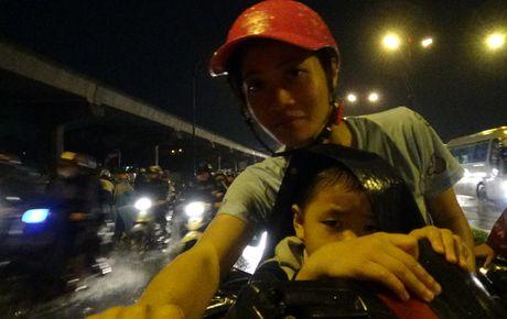 """Mua don, trieu cuong dap, hang ngan xe TP HCM """"khoc rong"""" - Anh 17"""