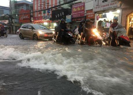 """Mua don, trieu cuong dap, hang ngan xe TP HCM """"khoc rong"""" - Anh 1"""