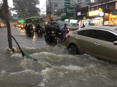 """Mua don, trieu cuong dap, hang ngan xe TP HCM """"khoc rong"""" - Anh 3"""