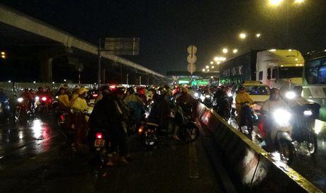 """Mua don, trieu cuong dap, hang ngan xe TP HCM """"khoc rong"""" - Anh 8"""
