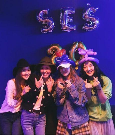 Sao Han 16/10: Kim So Hyun doi vong hoa xinh yeu, AOA khoe chan thon - Anh 2