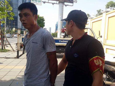 Canh sat 141 nhanh chong tom gon doi tuong mang theo heroin bo chay - Anh 2