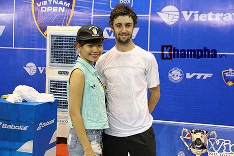 Fan nu duoi theo nha vo dich Vietnam Open toi tan phong nghi - Anh 1