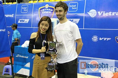 Fan nu duoi theo nha vo dich Vietnam Open toi tan phong nghi - Anh 6